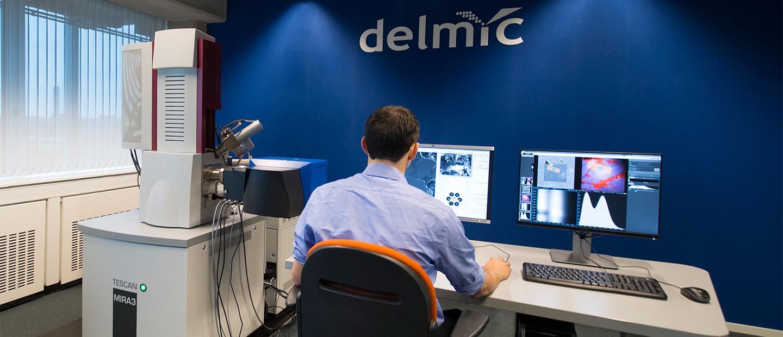 研究人员正在使用Delmic的显微系统工作